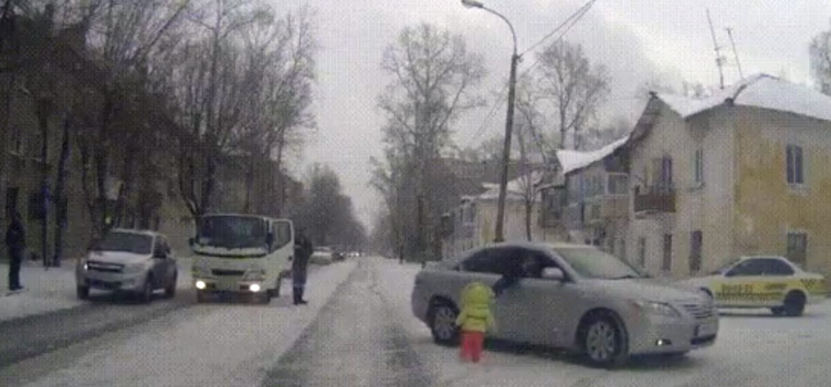 Видеофакт: ребенок выходит на оживленный перекресток, но его оттуда убирают оригинальным способом