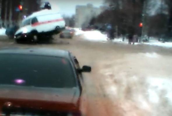 Медик вылетел из скорой помощи во время ДТП под Ярославлем (видео)