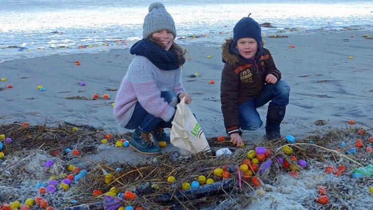 Остров в Северном море засыпало детским конструктором и «киндер-сюрпризами»