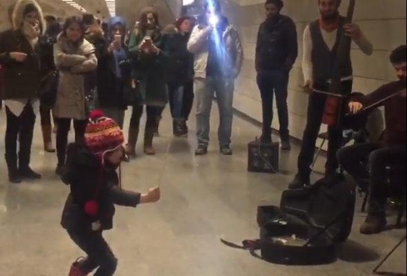 В соцсетях набирает популярность видеоролик, как маленькая девочка дирижирует музыкантам в переходе