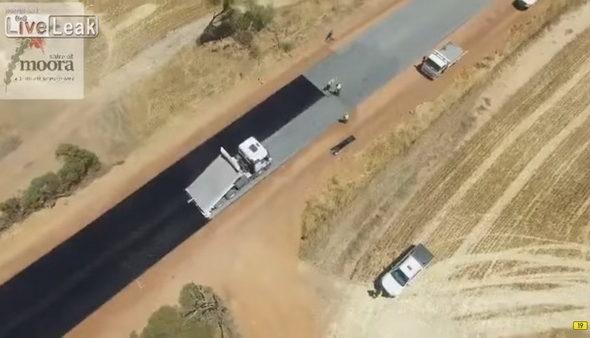 Беспилотник снял, как кладут асфальт в Австралии
