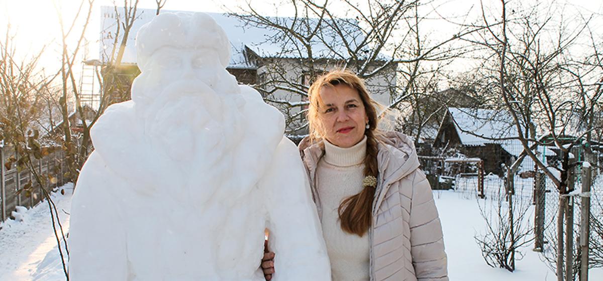 Жительница Барановичей в своем огороде слепила двухметрового Деда Мороза