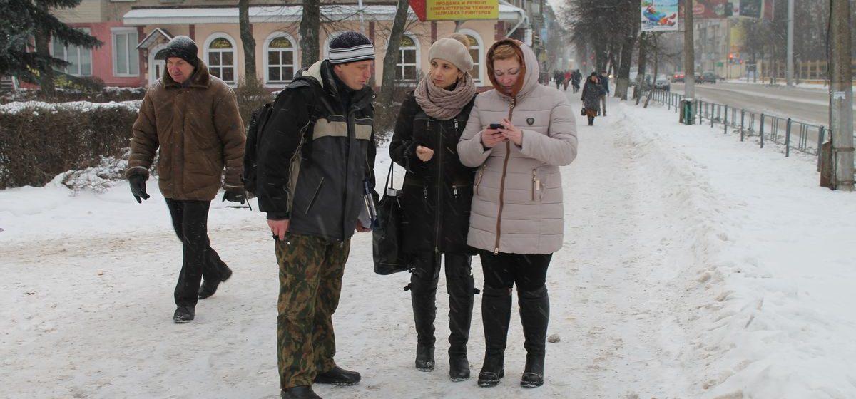 В Барановичах активист Николай Черноус-младший собирает подписи за отмену налога на тунеядство