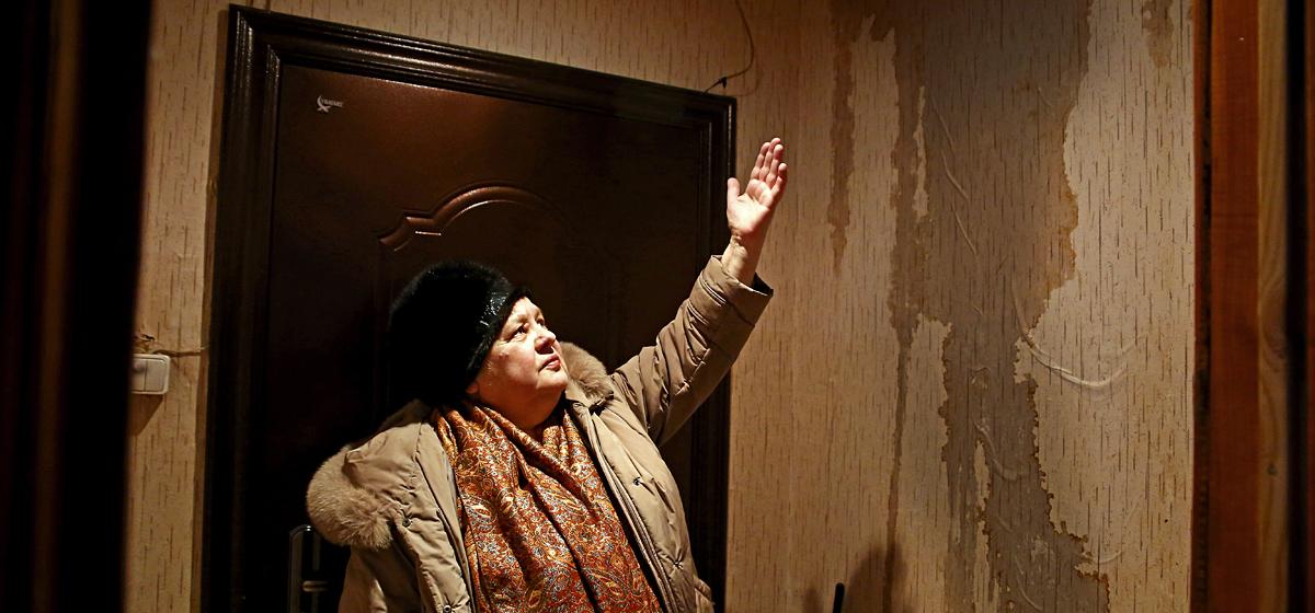 В Барановичах в доме на улице Тельмана из-за протекающей крыши затопило три этажа