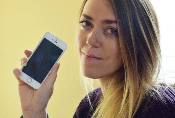 Британка купила новый телефон, в котором были сохранены номера знаменитостей