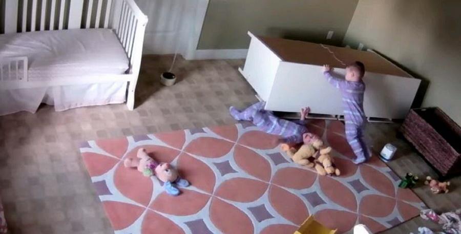 Камера сняла, как двухлетний мальчик спас своего брата, которого придавило шкафом