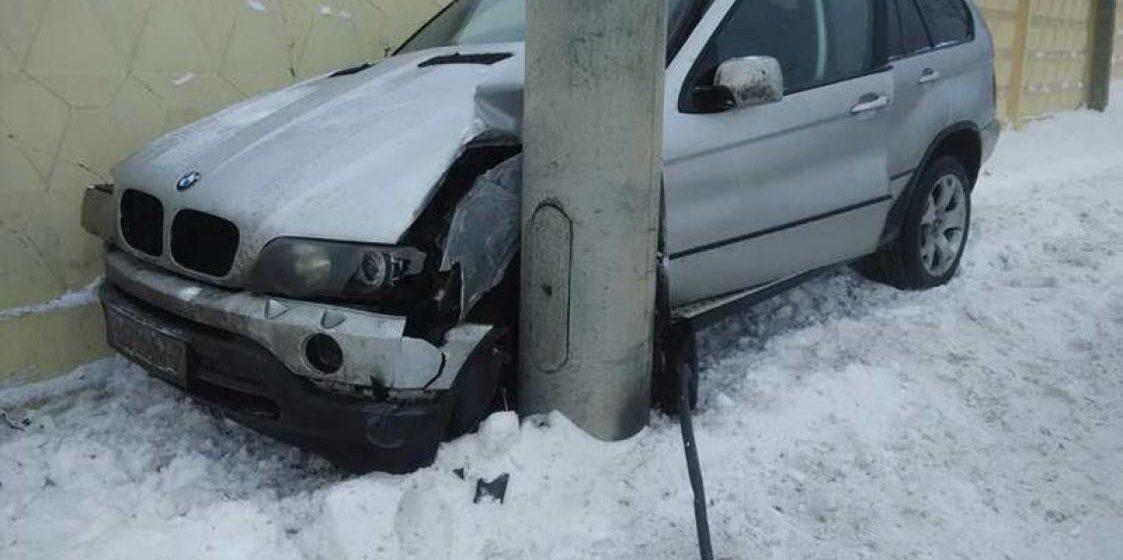 В Минске BMW X5, вылетев с дороги, застрял между столбом и забором