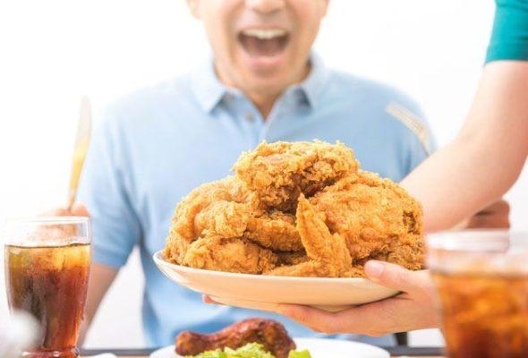 Ученые рассказали, почему после 30 лет вредно много есть