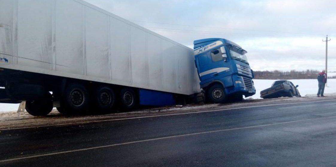 В Витебской области водитель «Волги» погиб после столкновения с фурой DAF