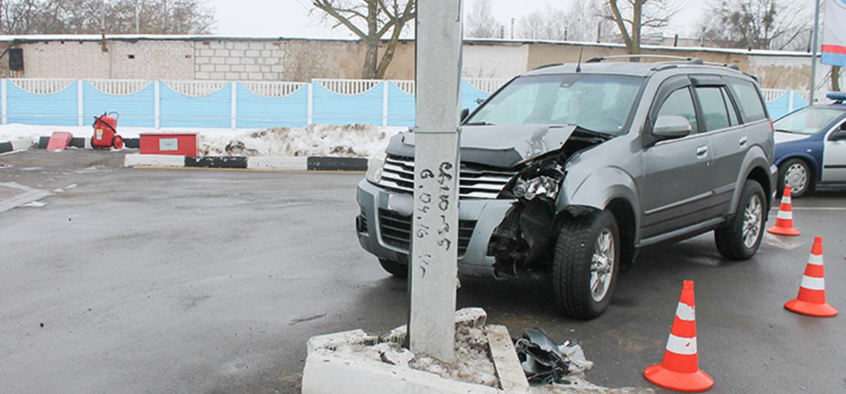 На АЗС в Барановичах автомобиль въехал в столб