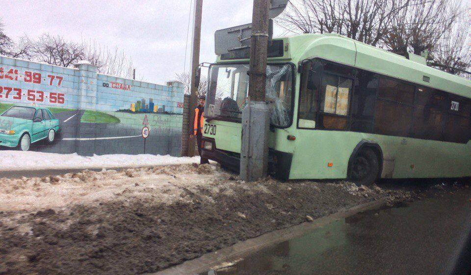 В Гомеле троллейбус, уходя от столкновения с пешеходом, врезался в столб