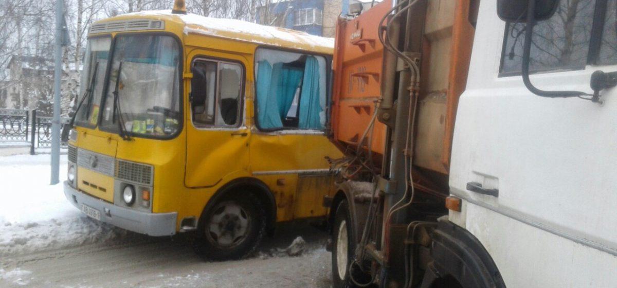 В Барановичском районе столкнулись мусоровоз и школьный автобус