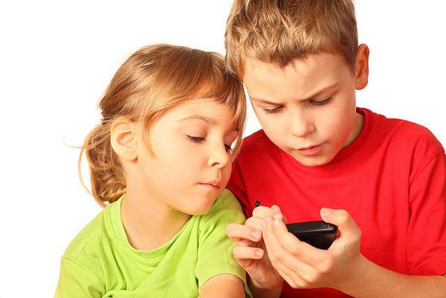 Ученые рассказали, чем смартфоны опасны для детей