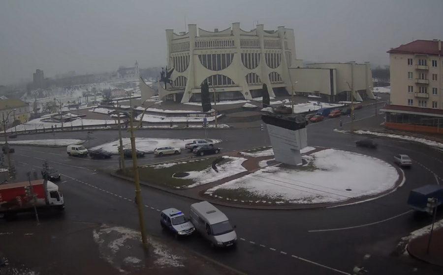 В Гродно авария с участием милицейского автомобиля попала на камеру видеонаблюдения