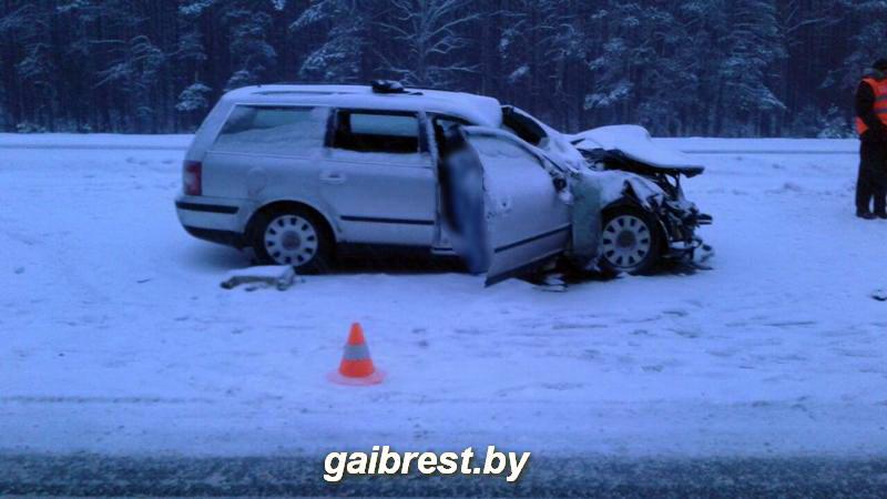 Под Барановичами погибла пассажирка VW Рassat, который врезался в грузовик коммунальных служб