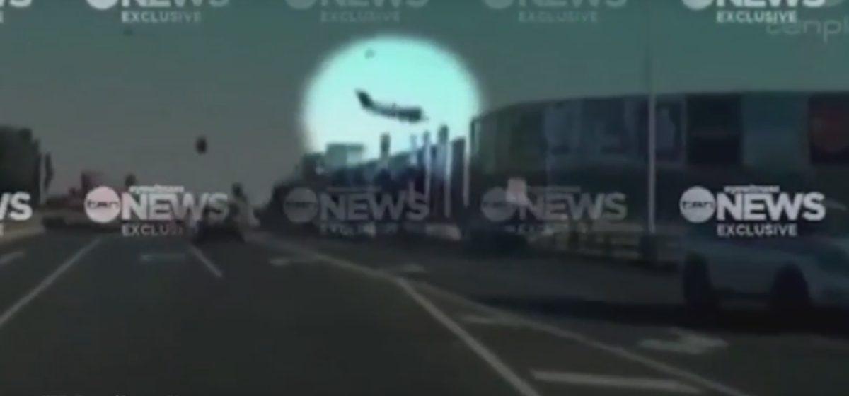 В Австралии самолет упал на торговый центр. Есть погибшие (видео)