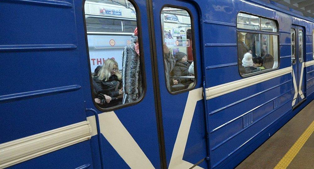 В Минском метро человек упал под поезд и погиб