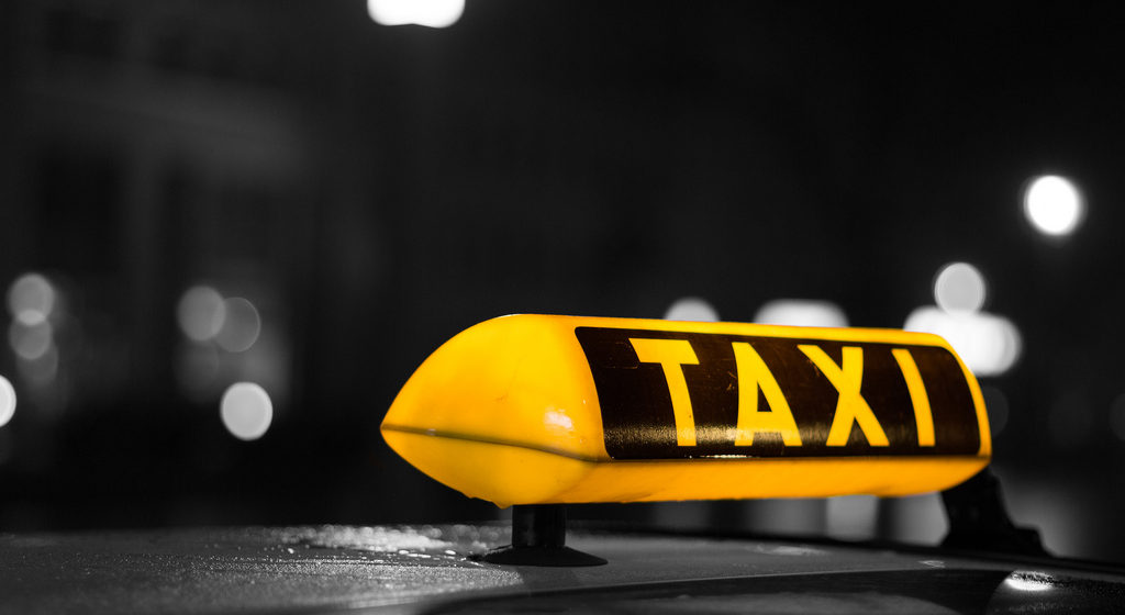 В Барановичах пассажиры избили водителя такси и повредили его автомобиль