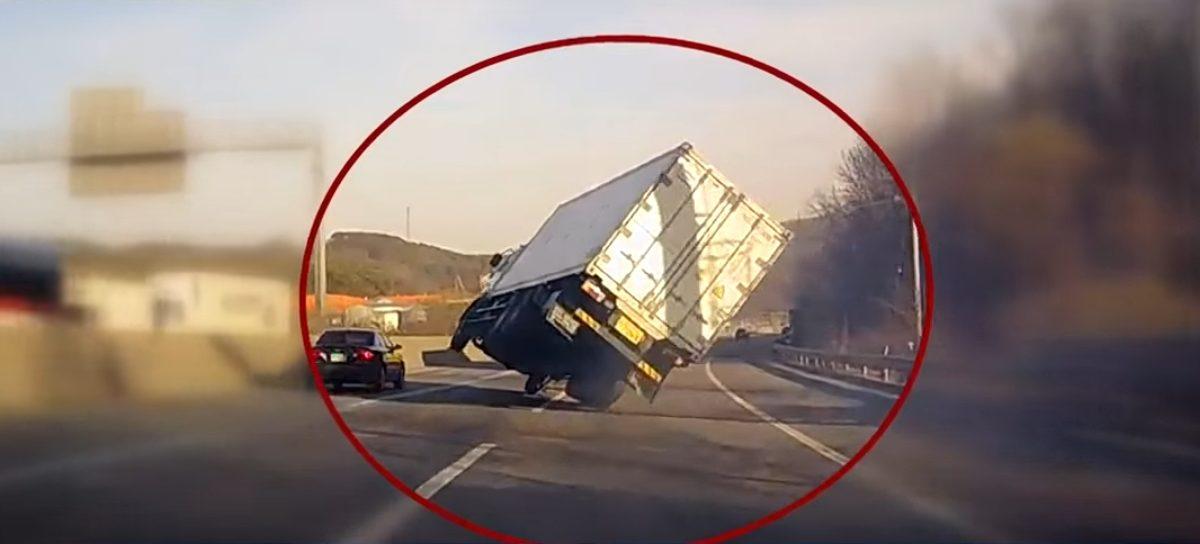 В Южной Корее водитель смог удержать грузовик, который, казалось, вот-вот перевернется (видео)