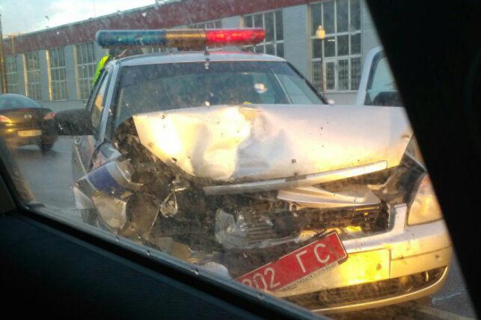 ВГомеле автомобиль ГАИ врезался встоявший насветофоре Фольксваген