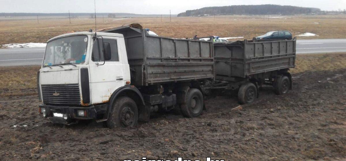 В Лидском районе водитель МАЗа умер за рулем: машина съехала в кювет