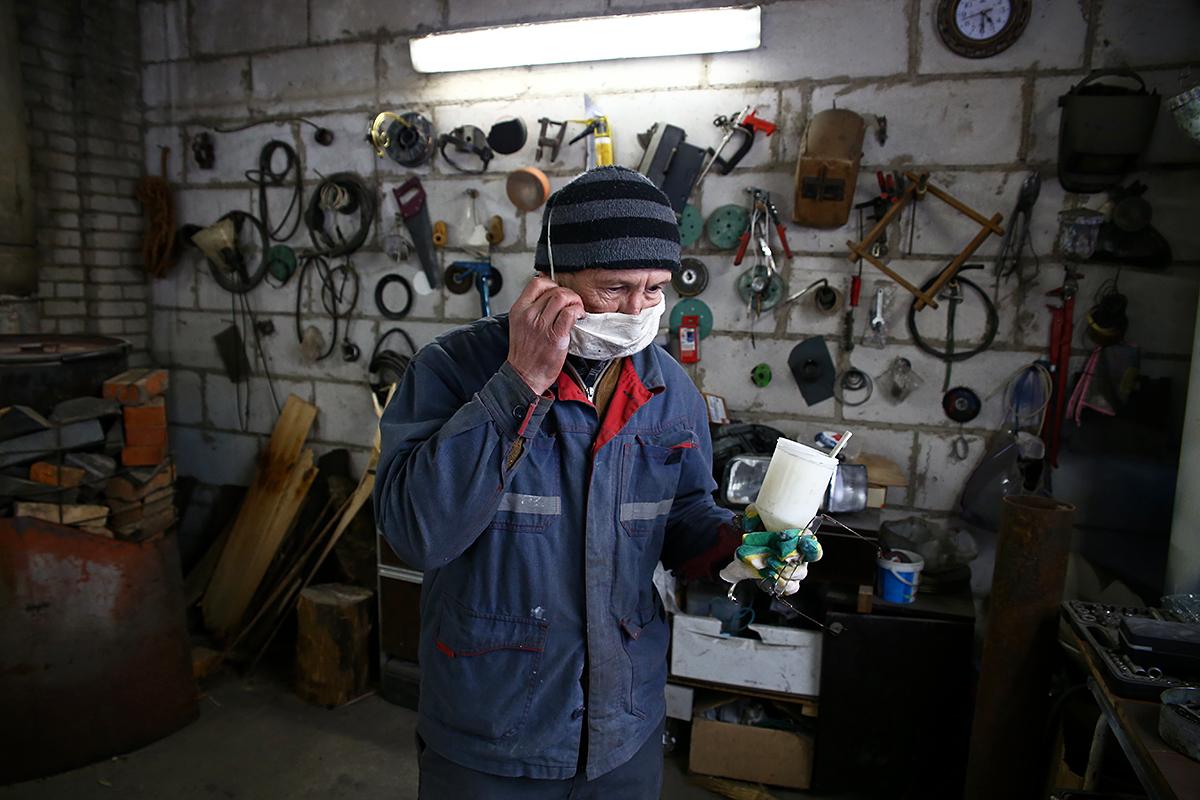 Бывший наркоман и алкоголик Олег занимается покраской машины.
