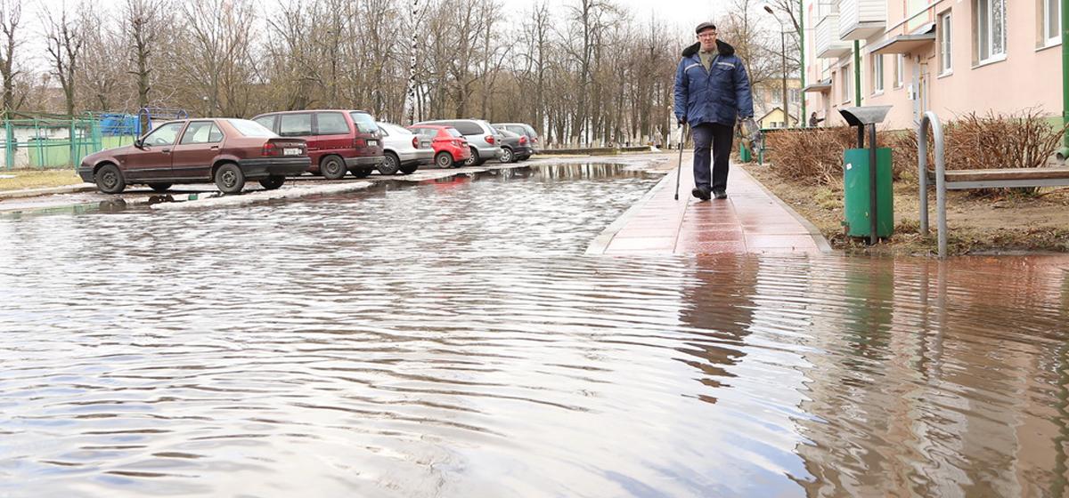 Фотофакт: В Барановичах возле дома №52 на улице Кирова образовалось озеро