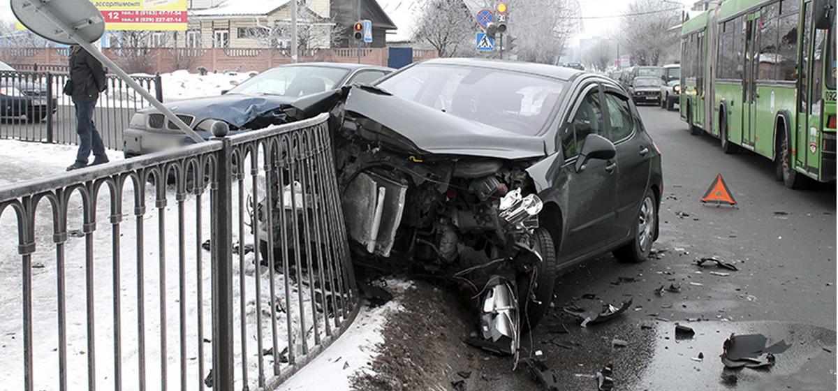В Барановичах две иномарки получили сильные повреждения в ДТП