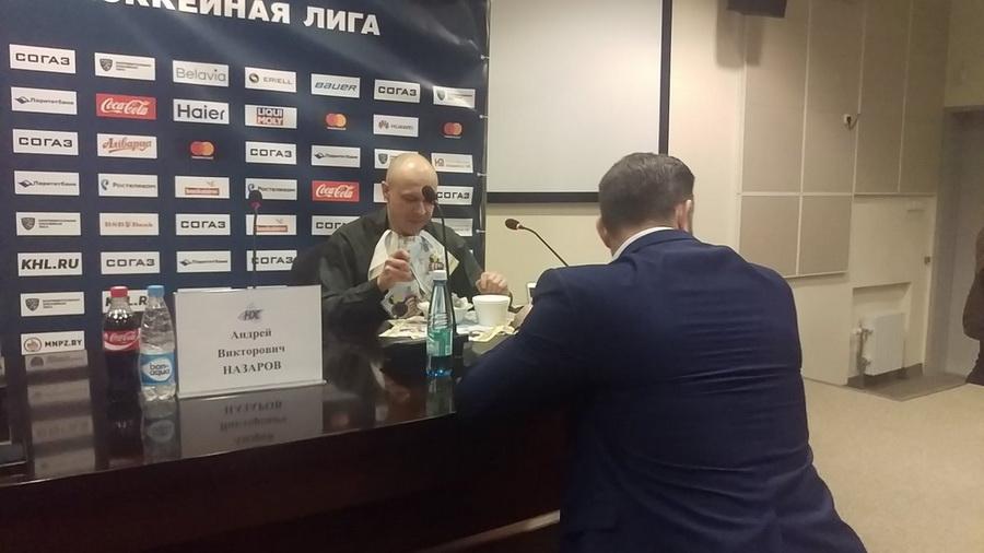 Как и обещал, журналист «Прессбола» съел газету