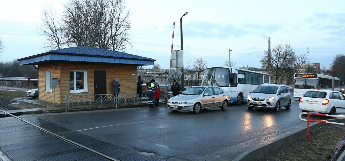 На железнодорожном переезде в Барановичах автомобиль въехал в рабочий автобус