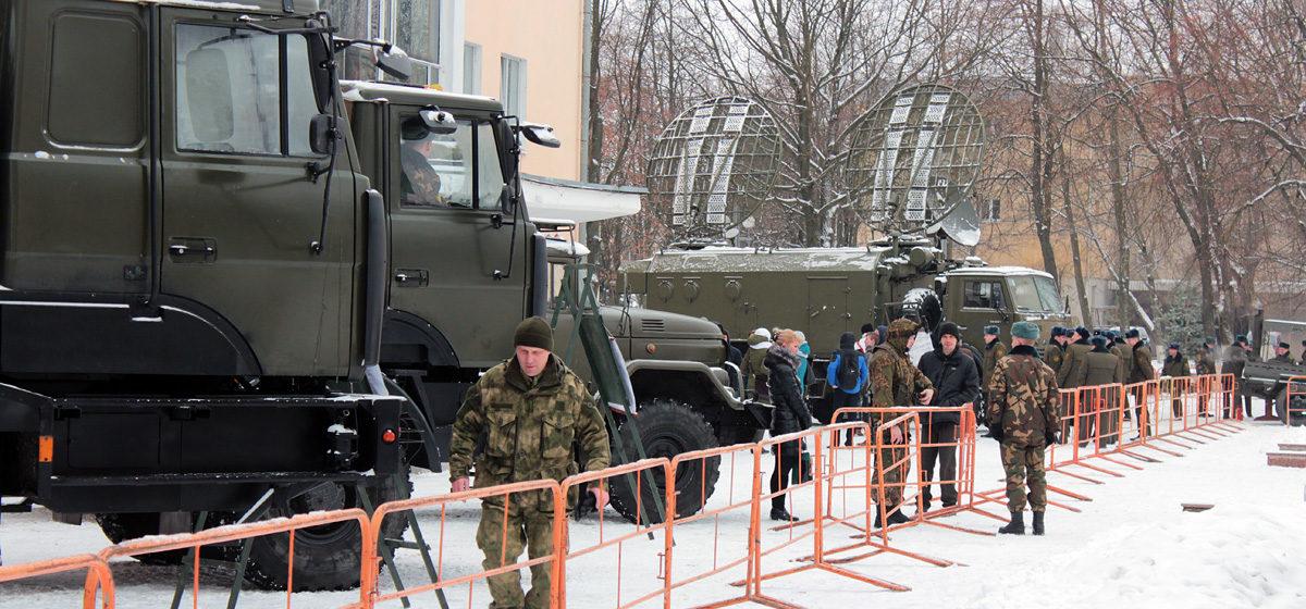 В Барановичах прошел показ военной техники и вооружения