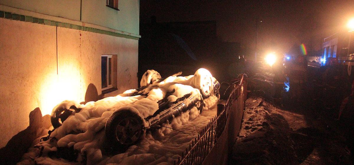 В Барановичах автомобиль сбил забор дома и перевернулся