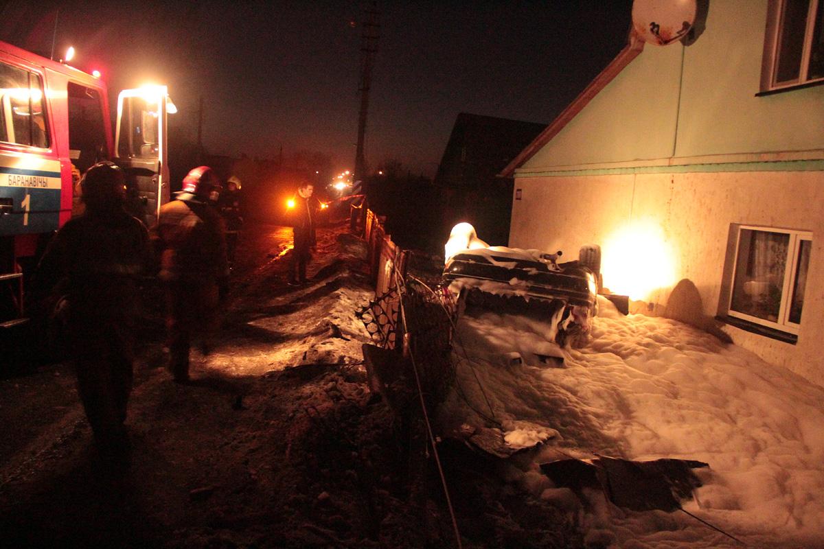 ВБарановичах «Ауди» снесла столб, забор, перевернулась иостановилась удома