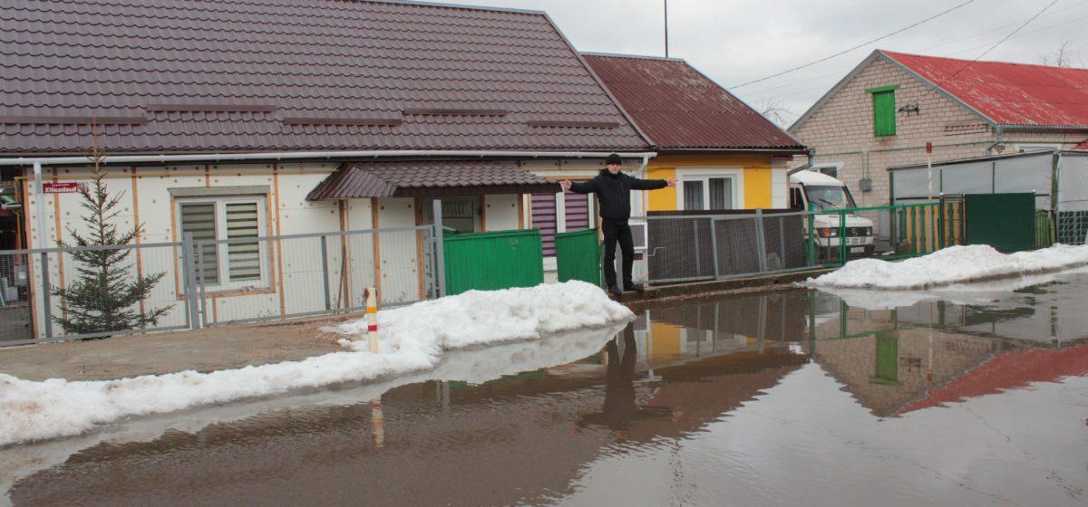 В Барановичах огромная лужа перекрыла переулок
