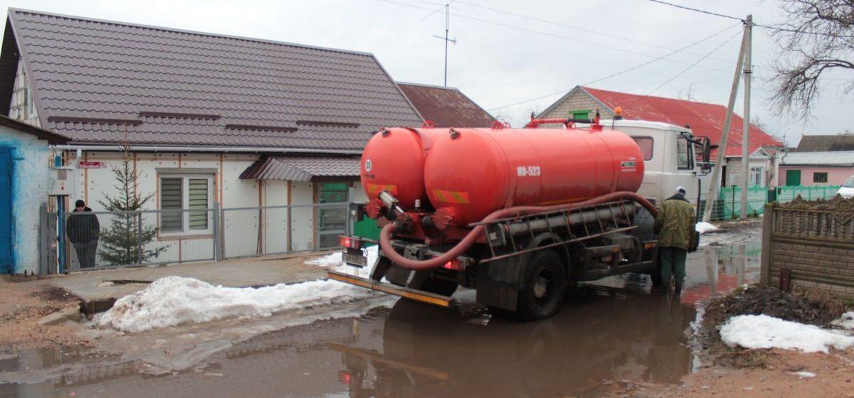 Фотофакт. В Барановичах в переулке, который перекрыт огромной лужей, откачали воду