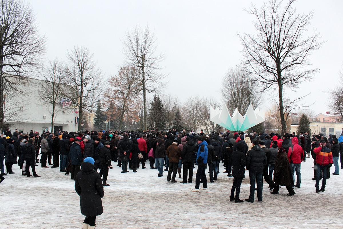 У фонтана на митинг собралось более 300 человек. Все фото: Юрий ПИВОВАРЧИК