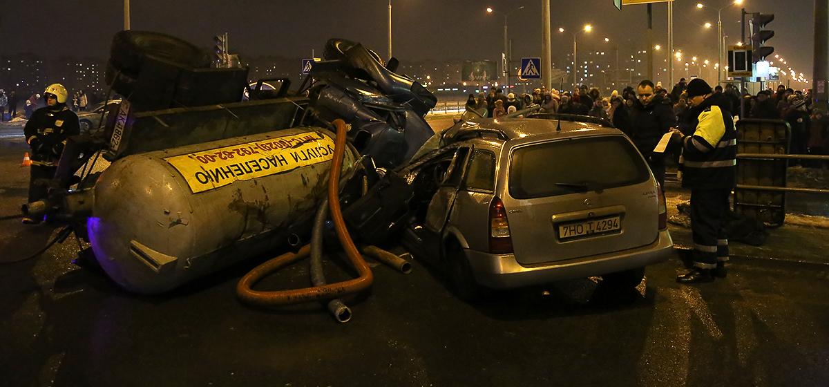 В Барановичах грузовик с цистерной перевернулся в ДТП и придавил «Опель Астра». Обновлено (видео)