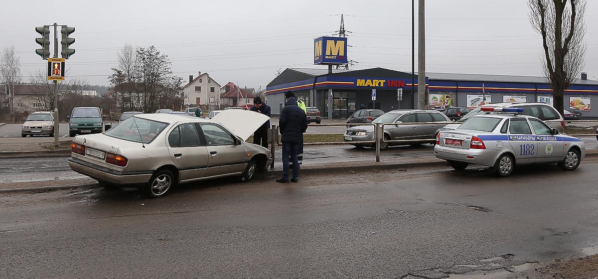 В Барановичах автомобиль, избегая столкновения, врезался в разделительное ограждение