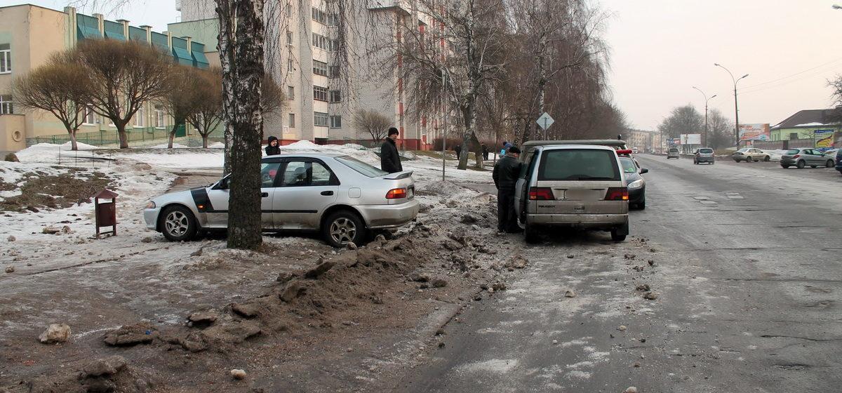 Фотофакт: В Барановичах на улице Брестской машина выскочила на тротуар