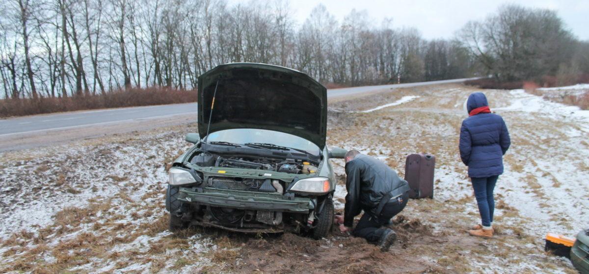 Фотофакт: Под Барановичами у автомобиля лопнуло колесо, и он вылетел в кювет