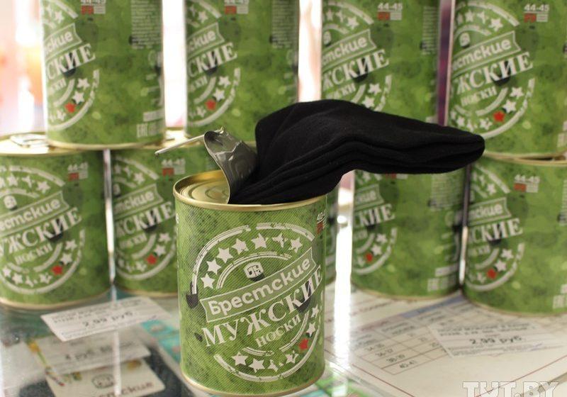 Брестский чулочный комбинат пакует мужские носки в консервные банки