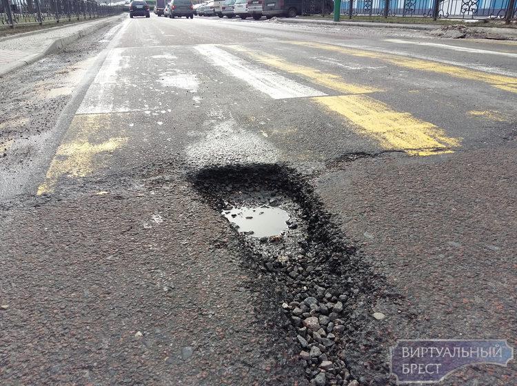 В Бресте прокуратура совместно с ГАИ выявила нарушения в эксплуатации дорог и неровностей города