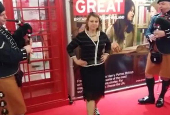 В Минске на книжной выставке посол Великобритании станцевала под волынку