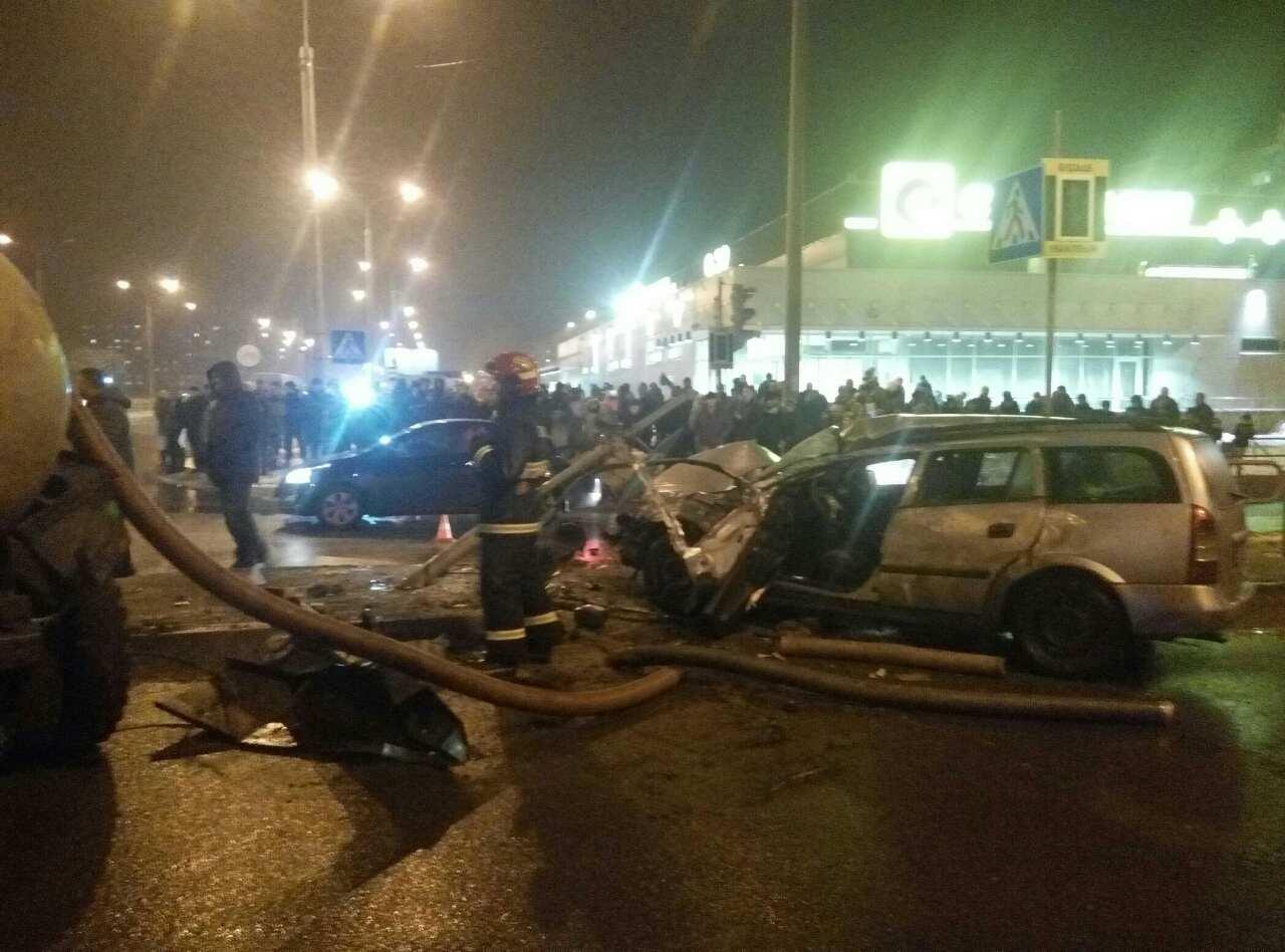 В Барановичах грузовик с цистерной перевернулся в ДТП и придавил «Опель Астра»