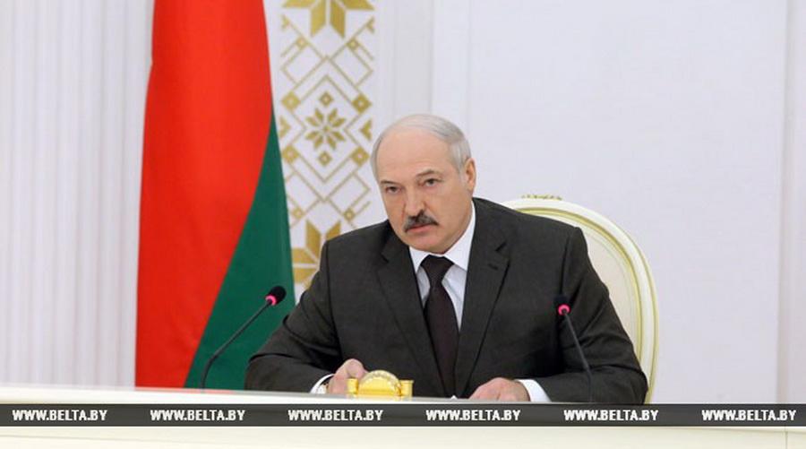 Лукашенко запретил заниматься очковтирательством по поводу зарплаты в $500 и посоветовал искать другую работу тем, кто считает это невозможным