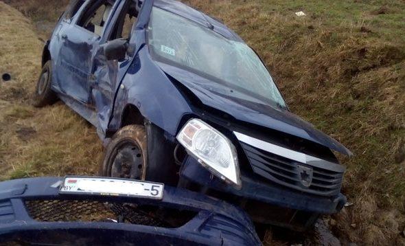 В Мяделе водителя и пассажира выбросило из вылетевшей в кювет машины