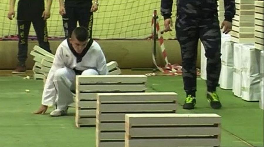 Юный мастер по тхэквондо разбил головой более сотни блоков меньше чем за 40 секунд (видео)