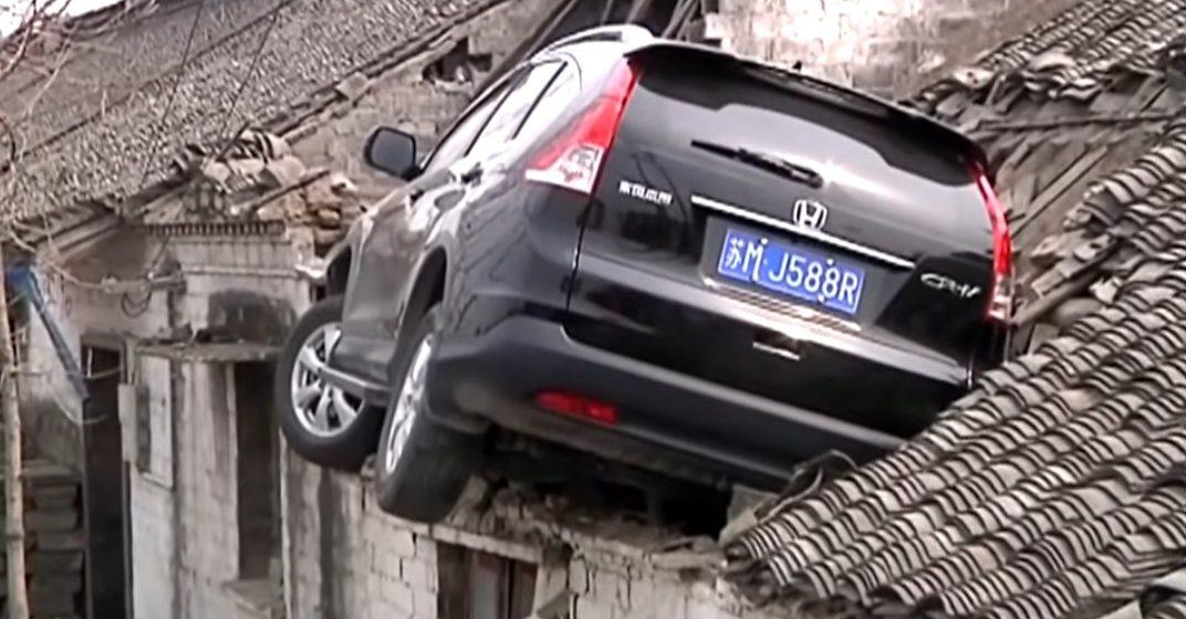 В Китае автомобиль потерял управление и «припарковался» на крыше (видео)