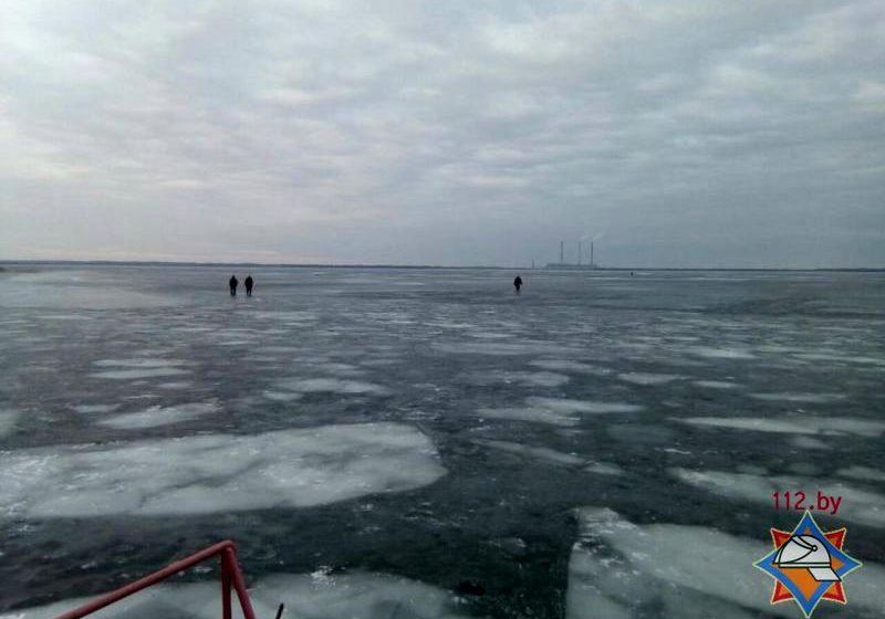 Два рыбака провалились под лед, потом рыбачить пошел третий и тоже начал тонуть