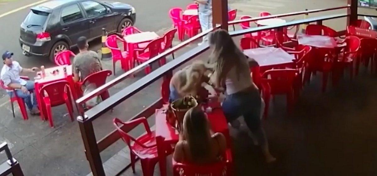 В Бразилии ревнивая жена застукала мужа с любовницей и разгромила кафе (видео)